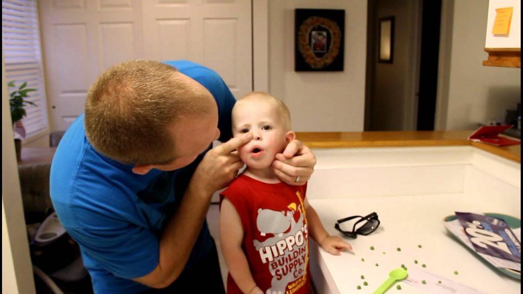 çocuğun burnuna kaçan yiyecek